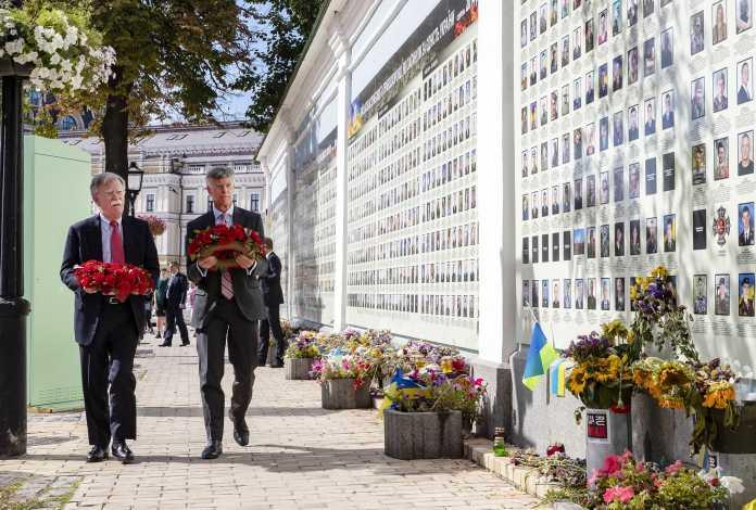 «Кімната, де це сталося»: що Болтон розповів про Україну